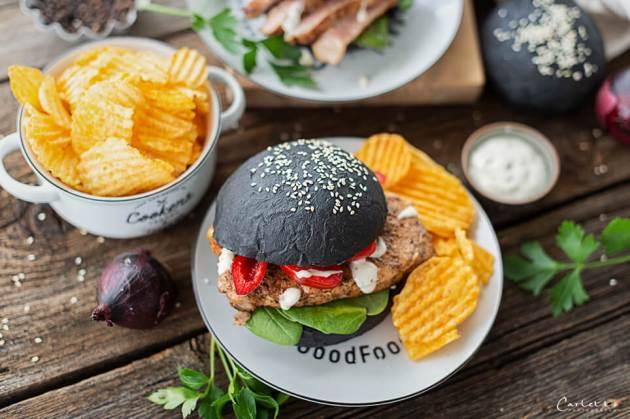 Black Burger Buns mit Karreesteak auf Tisch