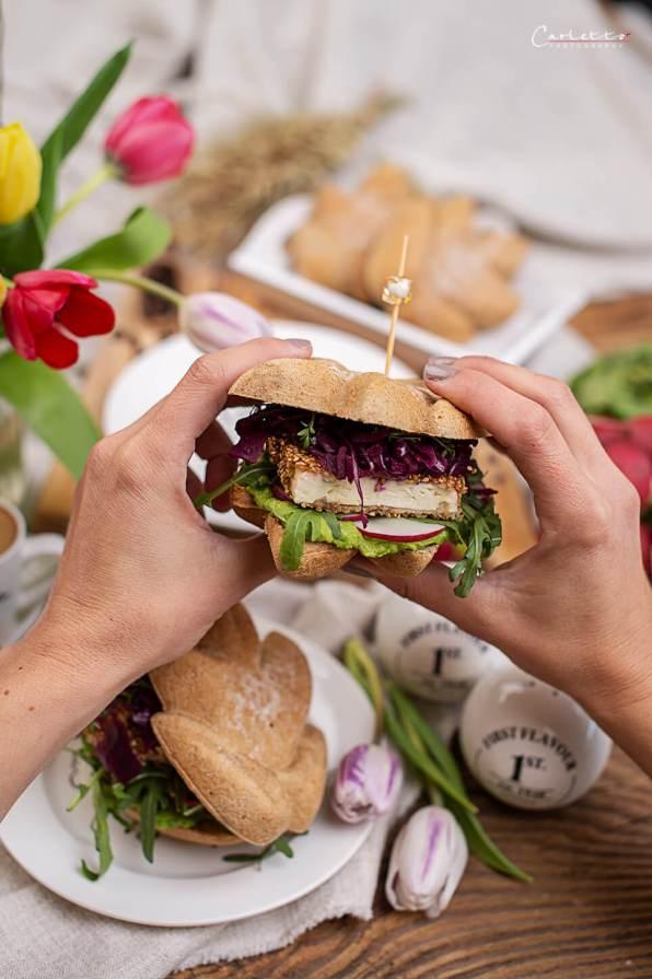 Veggie Sanwich mit Avocreme, Rucole, in Sesam panierter Feta un rote Rüben
