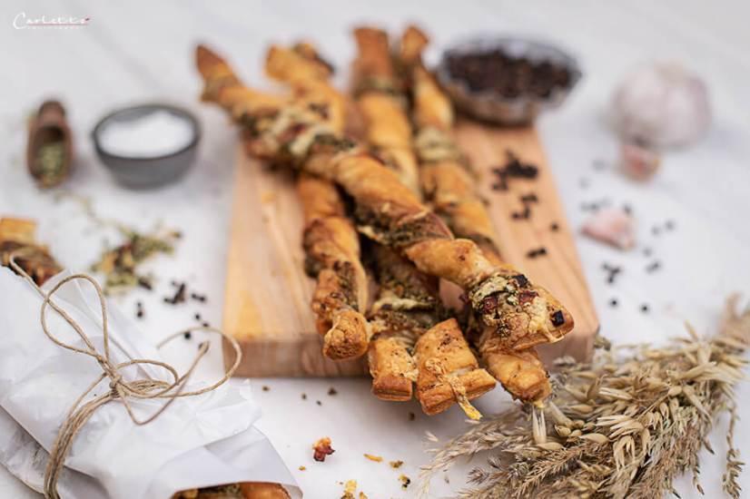 Knusperstangen mit Schinken, Käse und Pesto