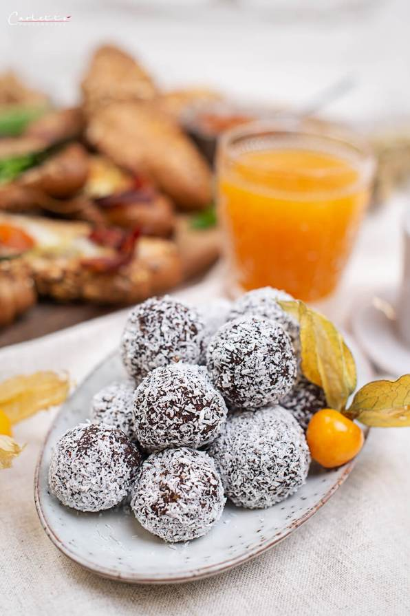 Schoko Bliss Balls in Kokospulver gewälzt
