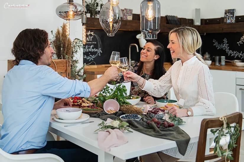 Cooking Catrin und Freunde am Tisch