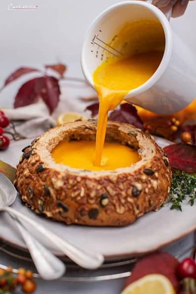 Kürbis Karotten Suppe im Herbstbrot_8594