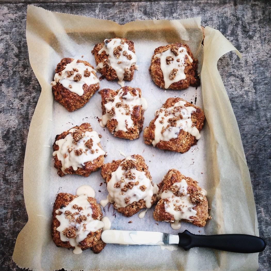 Havermout scones met glazuur en havermout crumble