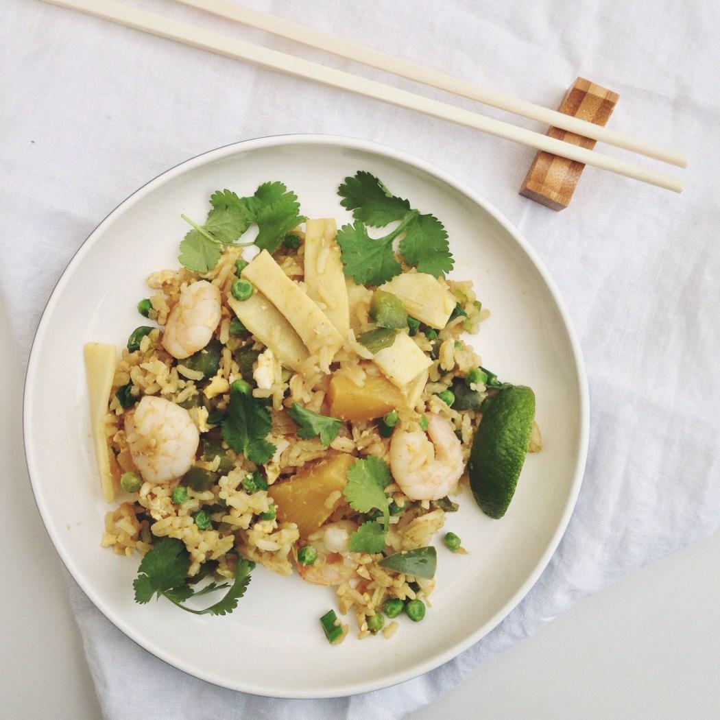 Gebakken rijst met garnalen en ananas