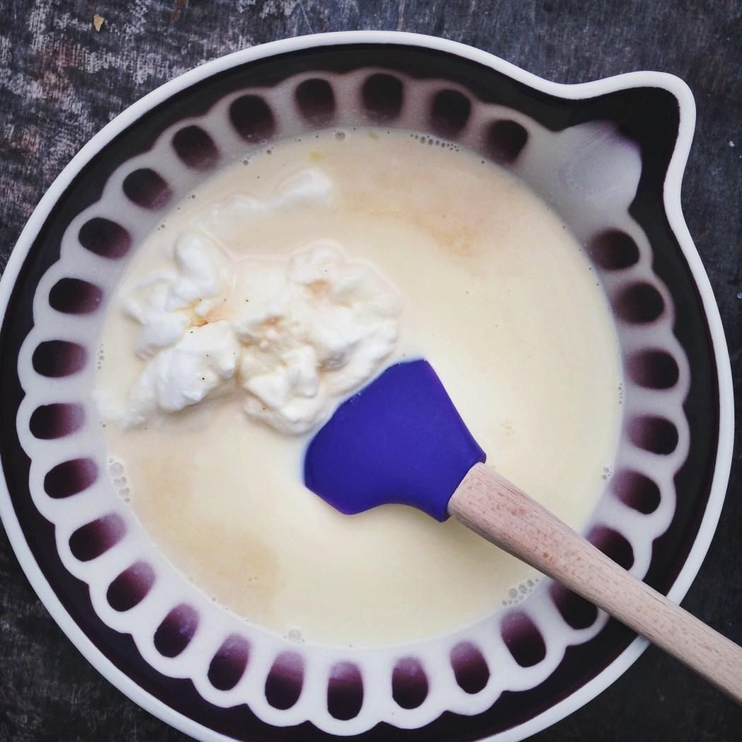 Yoghurt panna cotta met honing en walnoten
