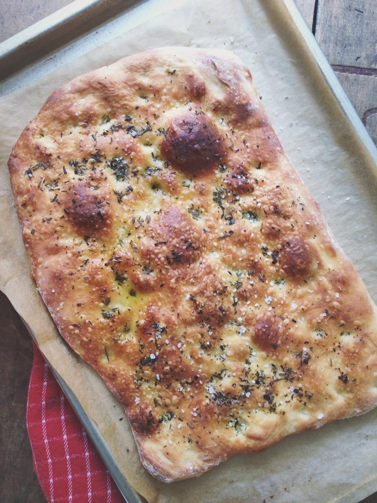Pizza salade met focaccia croutons