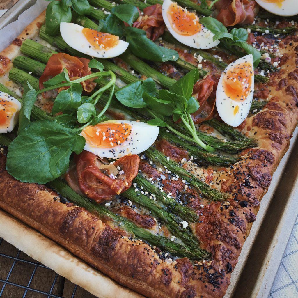 Hartige lente taart met asperges en ei