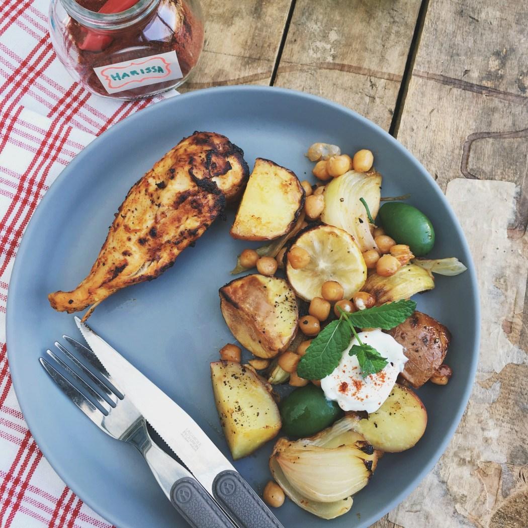 Harissa kip met kikkererwten is een heerlijke combi en klaar gemaakt op een bakplaat is het ook een erg simpel gerecht. Je verdeelt alles over een bakplaat of een grote ovenschaal en schuift het zo de oven in. Terwijl je een heerlijke gezonde en voedzame maaltijd klaarmaakt kun je iets leuks voor jezelf gaan doen, ideaal!