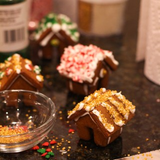 Mini gingerbread house decoarting