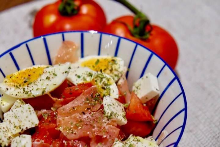 Ensalada de tomate, pimiento y feta