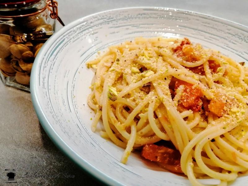 pasta con pomodorini e granella di pistacchio