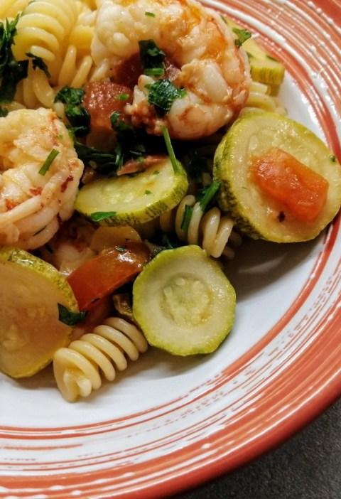 pasta fredda con gamberi e zucchine
