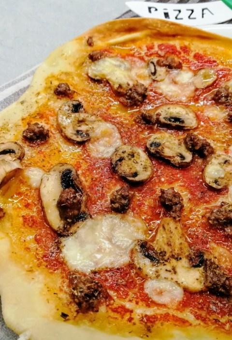 pizza funghi e salsiccia rossa, pizza alla boscaiola