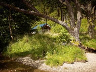 strathyre-log-cabins-exterior-view-from-loch-edge