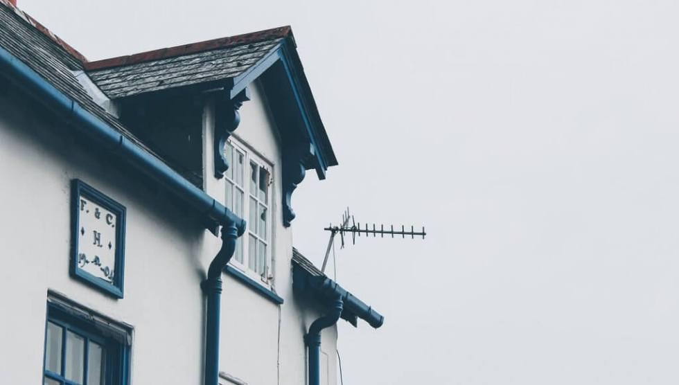 Outdoor TV Antenna on house
