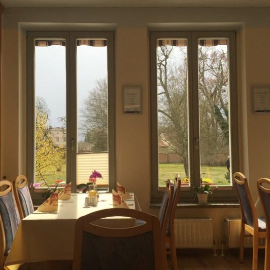 Restaurant – Blick von drinnen nach draußen
