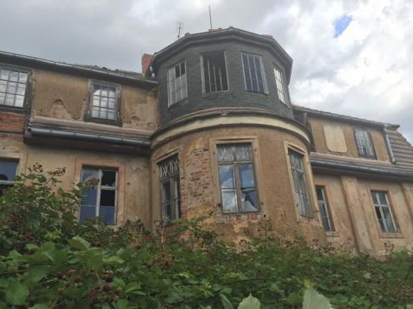 Schönes Anwesen unterwegs von Brombeerhecken umzäunt