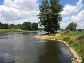 Junger Mann und der Fluss