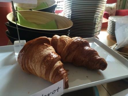 frische Backwaren auf dem Frühstücksbuffet