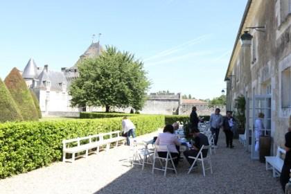 Pause commandes sur la terrasse du château