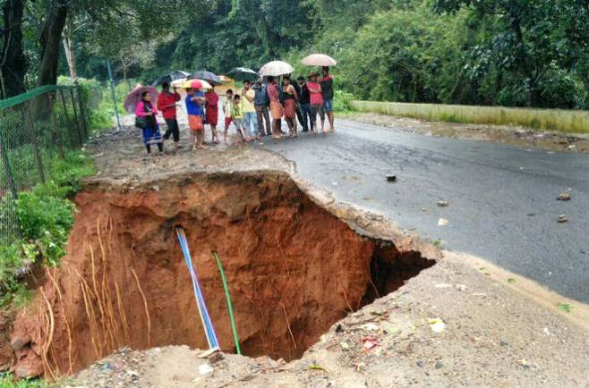 KARNATAKA-KERALA TRAFFIC BLOCKED AS HIGHWAY CAVES IN NEAR