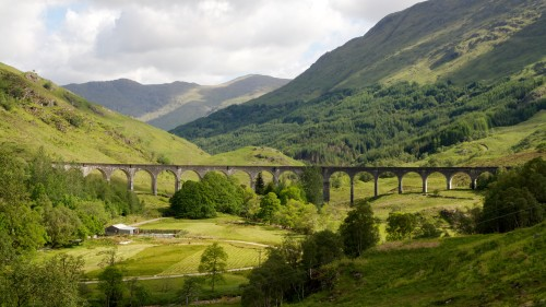 By Christoph Strässler from Oberdorf BL, Schweiz (Glenfinnan Viaduct) [CC BY-SA 2.0 (http://creativecommons.org/licenses/by-sa/2.0)], via Wikimedia Commons