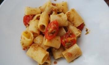 Pasta estiva pomodori, olive, capperi e acciughe