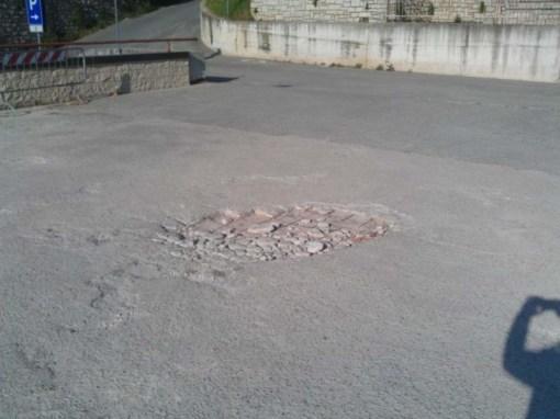 Buche sul selciato del parcheggio della scuola, i genitori insorgono 3