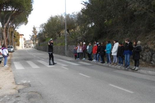 Scuola, a Corciano l'educazione stradale si fa per strada con i vigili docenti per un giorno 9