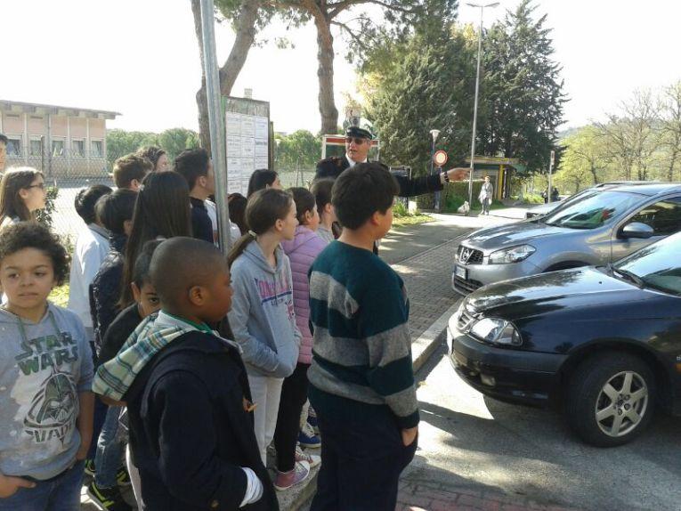 Scuola, a Corciano l'educazione stradale si fa per strada con i vigili docenti per un giorno 19