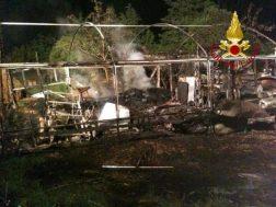Incendio a Castelvieto nella notte, i pompieri salvano gli animali dal rogo 1