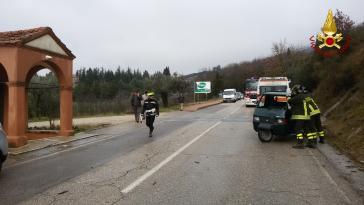 Incidente a Corciano: l'Ape si ribalta, intervengono i vigili del fuoco 2