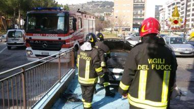 Un auto prende fuoco in via Gramsci a Ellera 2