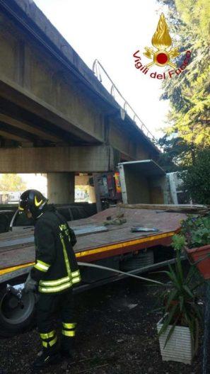 Camion precipita dal raccordo Perugia-Bettolle, tragedia sfiorata a due passi da una casa 8