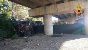 Camion precipita dal raccordo Perugia-Bettolle, tragedia sfiorata a due passi da una casa 6