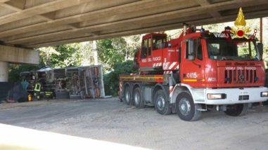 Camion precipita dal raccordo Perugia-Bettolle, tragedia sfiorata a due passi da una casa 5