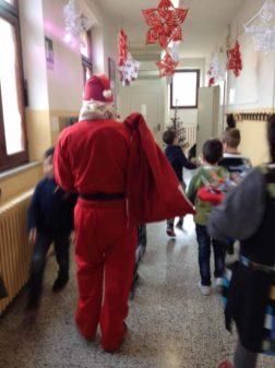 Babbo Natale in anticipo, porta regalini ai bimbi della primaria di Mantignana 2