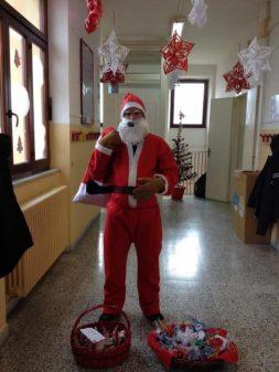 Babbo Natale in anticipo, porta regalini ai bimbi della primaria di Mantignana 4
