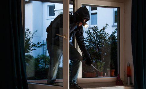 acrobata appartamento fuga furto ladro polizia rapina cronaca ellera-chiugiana
