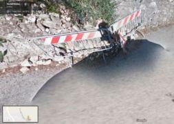 I cittadini segnalano: muro crollato e buche sulla strada, interventi attesi da tempo 4