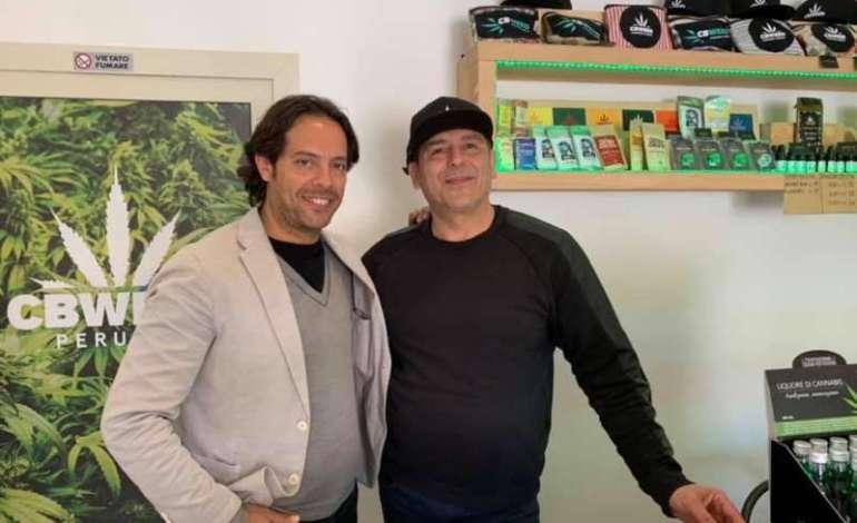 """Il consigliere Ripepi visita un negozio ad Ellera che vende derivati della canapa: """"nessuna controindicazione ma mille vantaggi"""""""