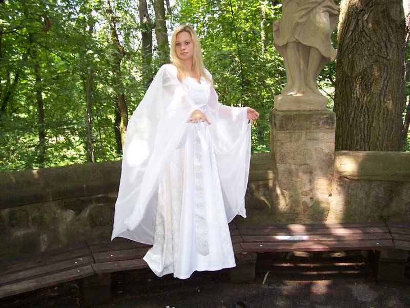 Shop historische Brautkleider  Hochzeitskleider  weies Hochzeitskleid mit Schleppe  wei