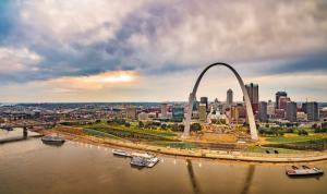St Louis arch overlooking the Mississippi river