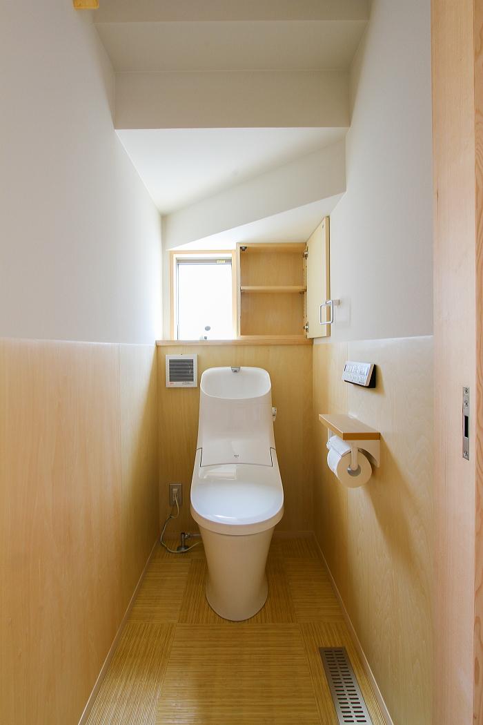 ほっと落ち着ける木質デザインのあるお手洗い|東福山の家|細やかな設計は優しいデザインを生む 福山市の建築会社コアハウス