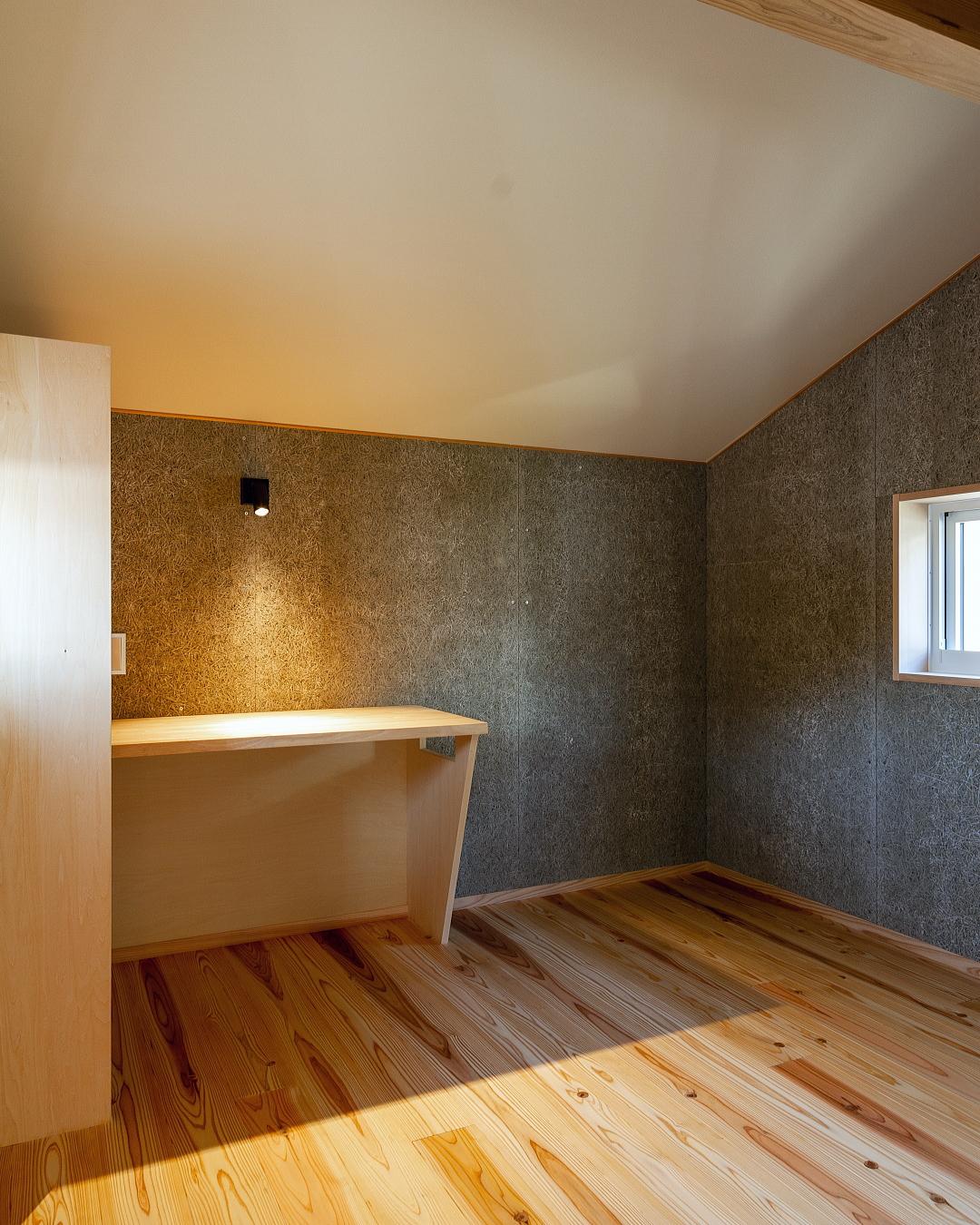木毛セメント板張りでカッコイイインテリアの趣味室 インダストリアルデザイン 尾道 美ノ郷のいえ