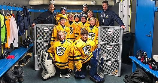 Glada hockeyspelare hälsar och tackar
