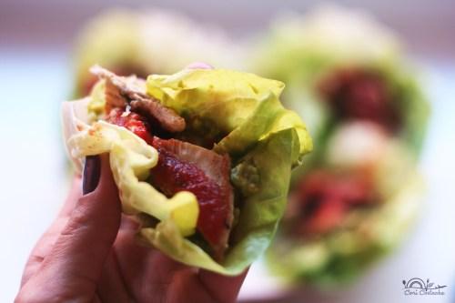 wrap de salata cu pui si avocado