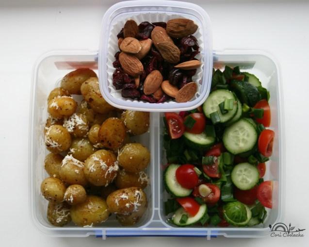Cartofi noi la tigaie cu salata de primavara - lunch box