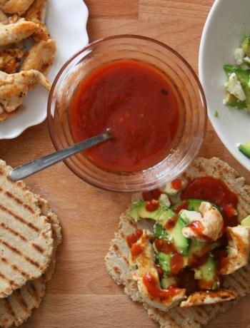 lipii cu salata de avocado, pui si sos salsa