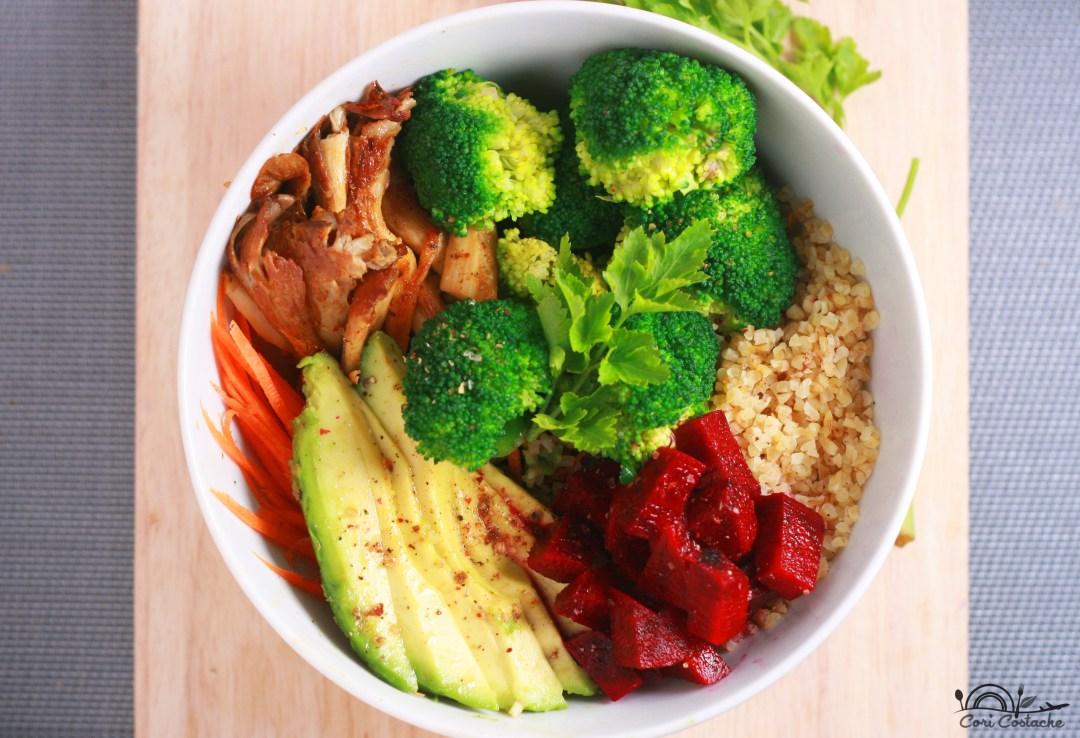 buddha bowl cu bulgur, avocado si ciuperci pleurotus